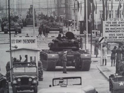 Checkpoint Charlie: a história por trás do ponto turístico