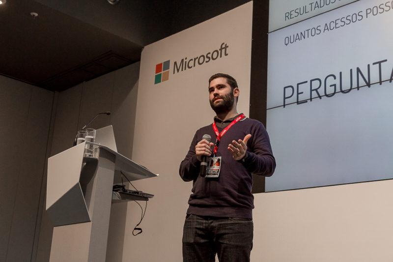Erick mandando ver no palco da Microsoft Berlin ©Felipe Minnicelli