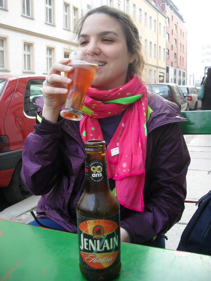 Nicole se acabando na cerveja francesa (que mais parece com as belgas)