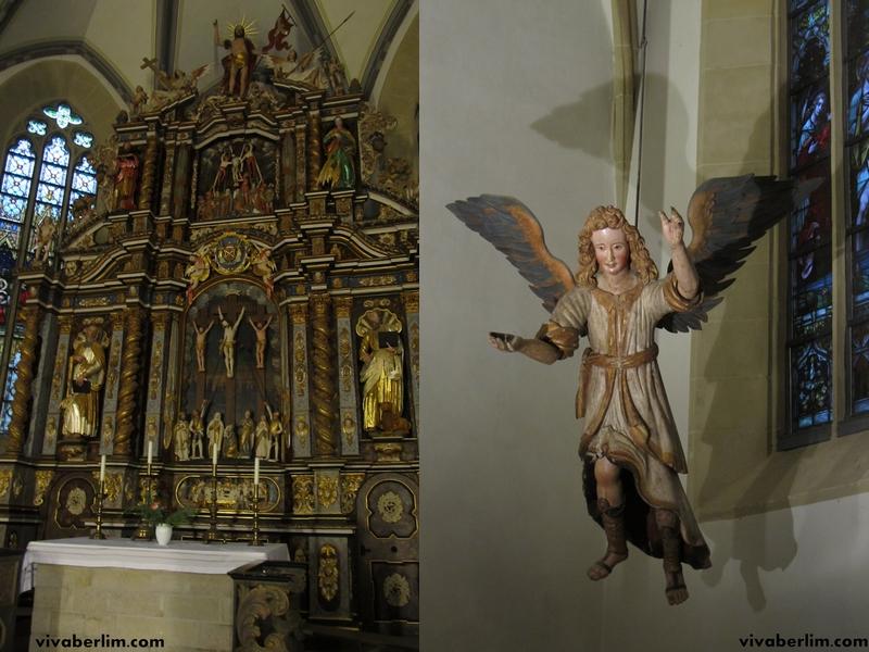 Altar (à esq.) e Anjo de batismo (à dir.) na Igreja St. Nikolai