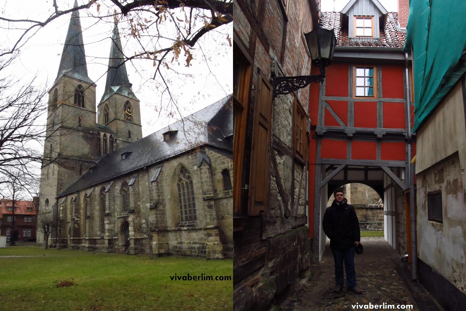 Igreja St. Nikolai (à esq) e Pacelli com fachadas de casas não restauradas (à dir.)