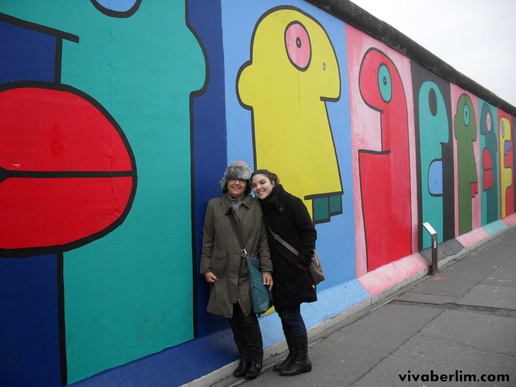 Eu e minha mãe em frente à pintura de Thierry Noir na ESG