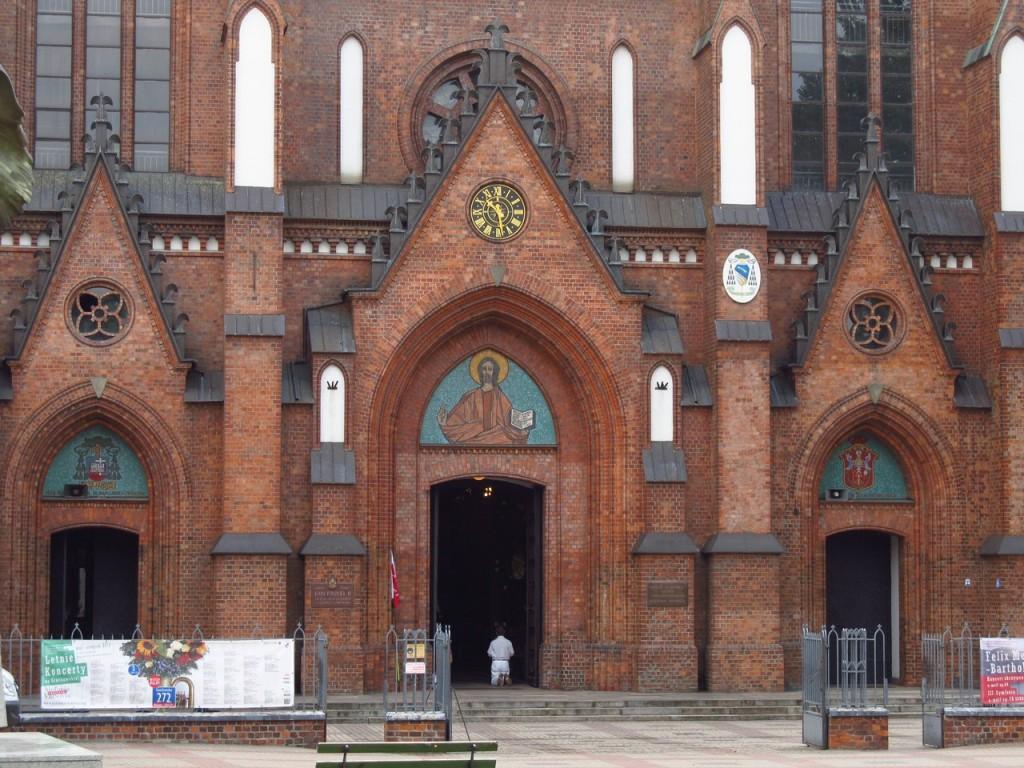 Homem ajoelhado na entrada da igreja