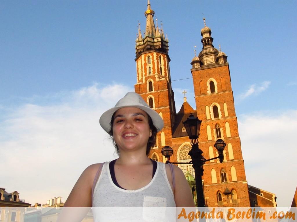 Nicole em frente a Igreja de Santa Maria em Cracóvia