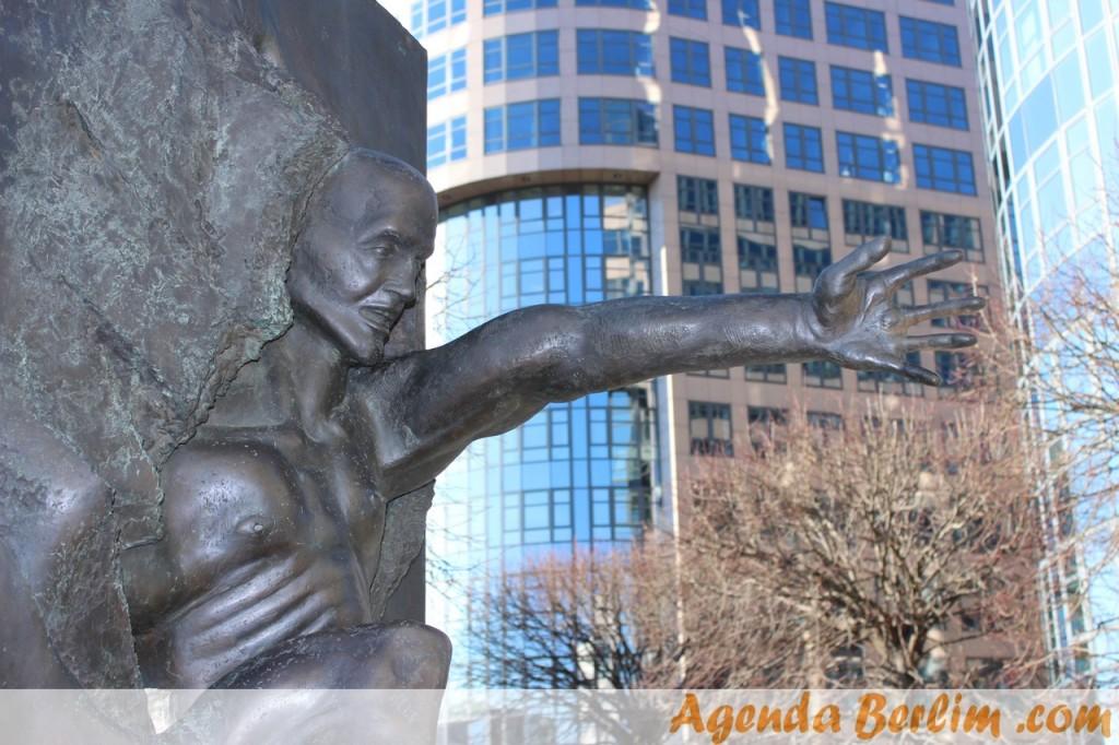 Estátua em memória à queda do muro de Berlim - AgendaBerlim.com