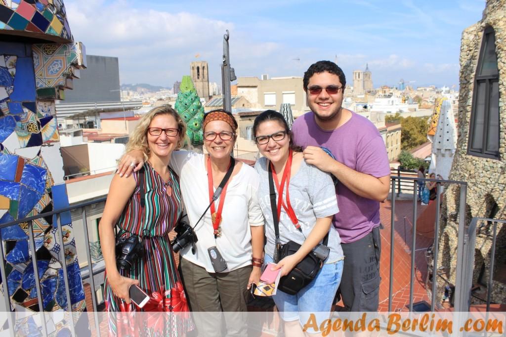 E a vista do Palau Güell ainda é linda! - Na foto, Cris, Rita, eu e Pacelli
