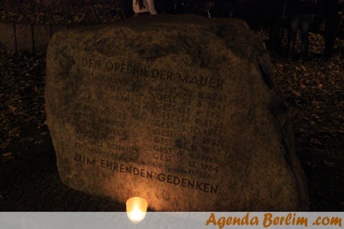 Em memória às vítimas do muro que morreram naquele ponto - Bernauer Str.