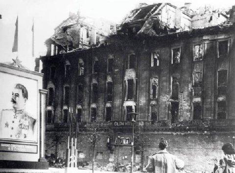 Hotel Adlon em 1945 com a figura de Stalin à frente ©dpa