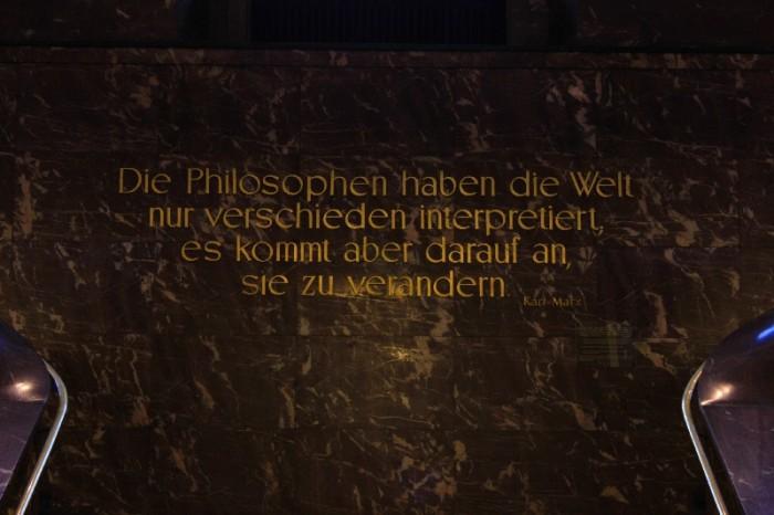 Frase no Hall Universidade Humboldt Berlim ©Agenda Berlim
