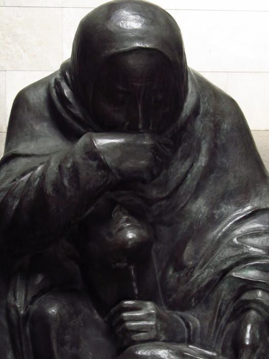 Detalhe da Pietà de Käthe Kollwitz Memoral às vítimas da guerra e da tirania ©AgendaBerlim