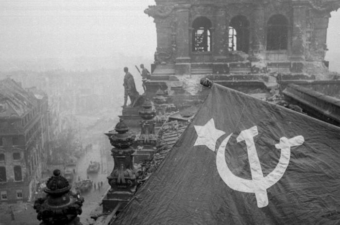 Soldados soviéticos triunfam sobre Berlim