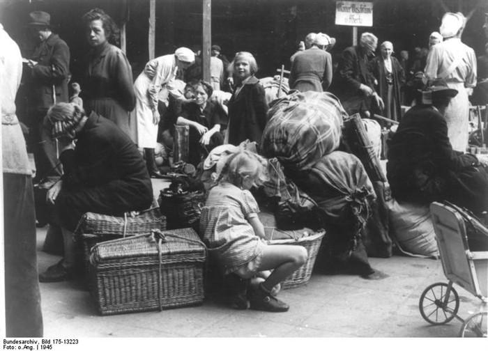 lehter_bahnhof_1945_refugees