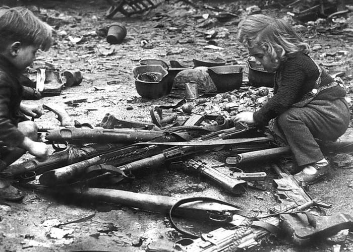 Crianças brincando nas ruas de Berlim