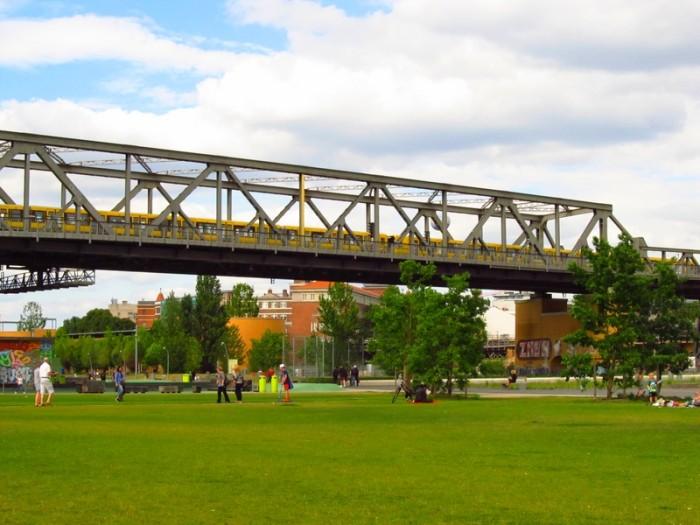 O metrô passa pelo parque todo