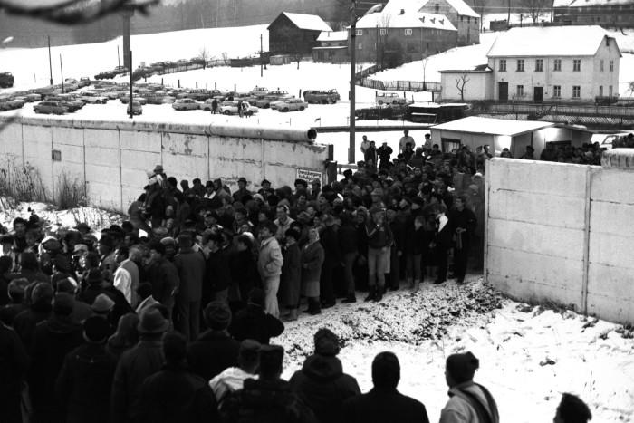1989: alemães do Leste cruzando a fronteira para o Oeste