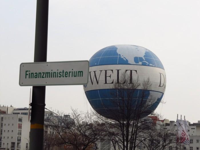 Placa do Ministério das Finanças e Balão em frente ao prédio - ©Pacelli Luckwu