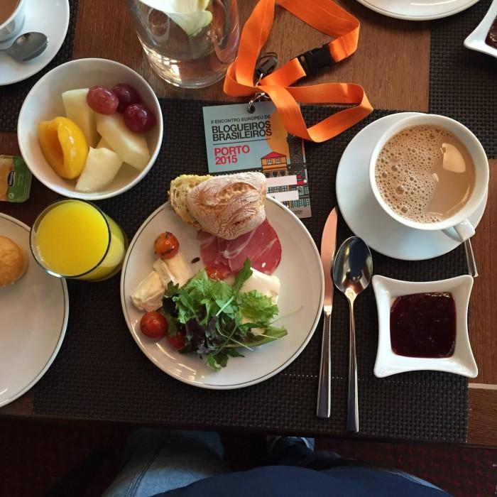 E é por isso que eles chamam de pequeno-almoço (Foto de Magê, Milão nas Mãos)