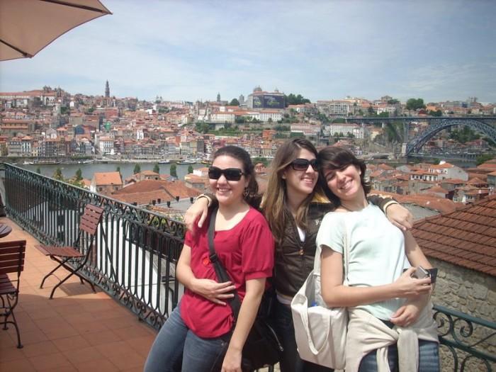 Pra não dizerem que é mentira: eu e minhas amigas Sofia e Mari, no Porto, em 2008 :)