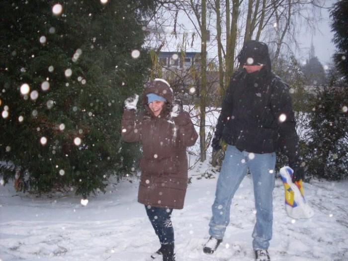 """Meu """"batismo"""" na neve, no dia depois do meu primeiro mercado de natal: o meu anfitrião alemão derrubou uma sacola de neve na minha cabeça, rs"""
