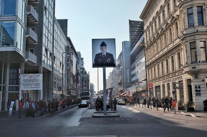 O Checkpoint Charlie visto do lado oriental