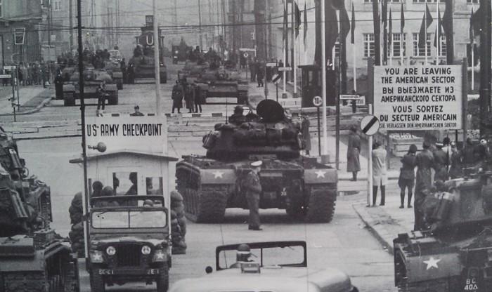 A crise dos tanques de Berlim ocorreu no Checkpoint Charlie