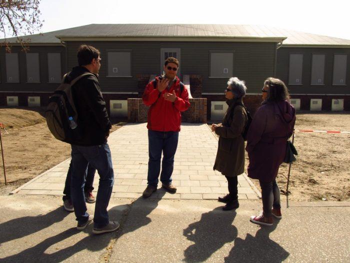 """Esse sou eu explicando o que era o """"monstro verde"""" em Sachsenhausen"""
