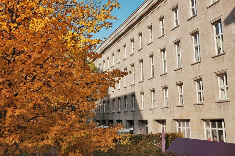 O antigo Ministério da Propaganda nazista é onde atualmente funciona o Ministério do Trabalho e de Assuntos Sociais.