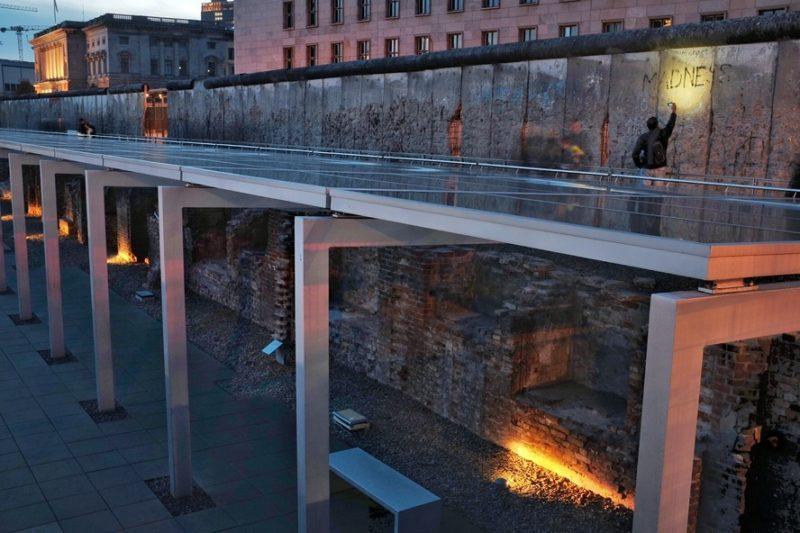 Coincidentemente, o muro de Berlim também veio a passar por lá.