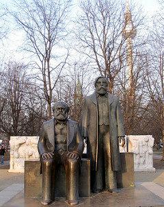 Marx e Engels vista para Alexanderplatz