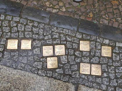 Pedras de Tropeço: conheça a singela homenagem às vítimas do nazismo nas calçadas de toda Europa